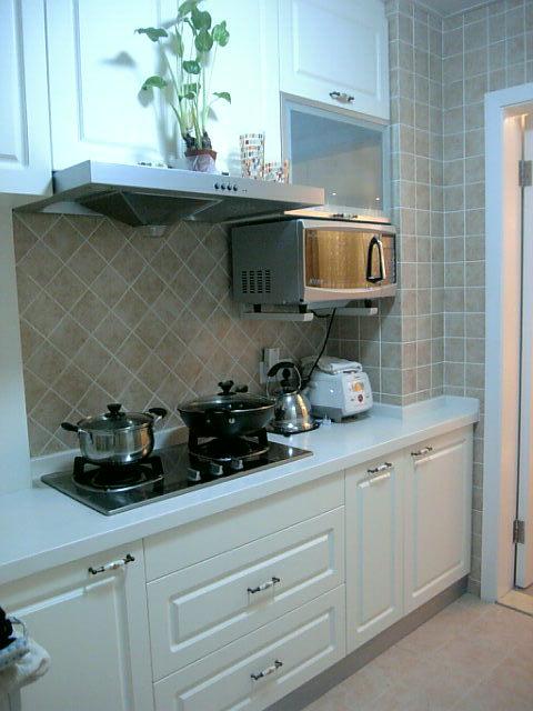 欧式田园风的厨房:仿古的瓷砖 纯白色的橱门 碎花的陶瓷拉手……(瓷砖