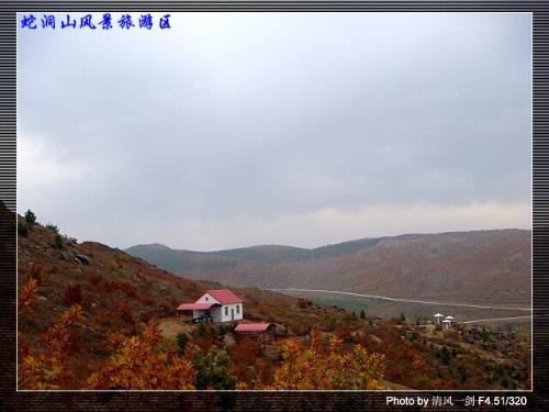 碾子山蛇洞山风景区位于齐齐哈尔市碾子山区西部4.