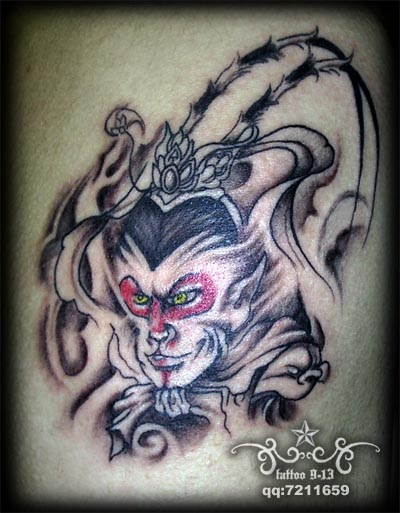 背部彩色的小猴子纹身图案