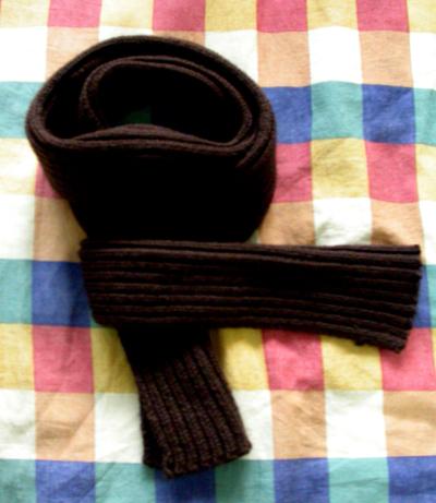 首先将围巾对折成窄版