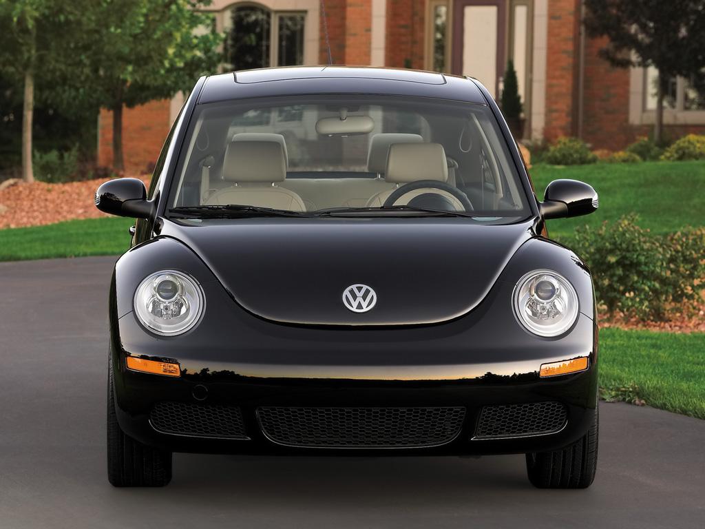 甲壳虫是一款令所有女性惊声尖叫的车型,它的出现是世界汽车历史上一个里程碑式的事件,自诞生之日起,甲壳虫经久不衰,已成为大众公司继高尔夫之外最经典的车型。   2008年款新甲壳虫硬顶车和新甲壳虫敞篷车,更为引人注目,外观充满更多神采和灵气,优雅的车身比例,圆润而流畅的线条,充满神采灵气的外观,炯炯有 神的前后椭圆形大灯,诱人心动的多种明亮色彩,成为新时代新的经典之作。 日前,有关2008款新甲壳虫,大众公司已经开始转入营销市场阶段;初始销售价格定在:硬顶车型美金$17,365元,敞篷车 型美金$23,