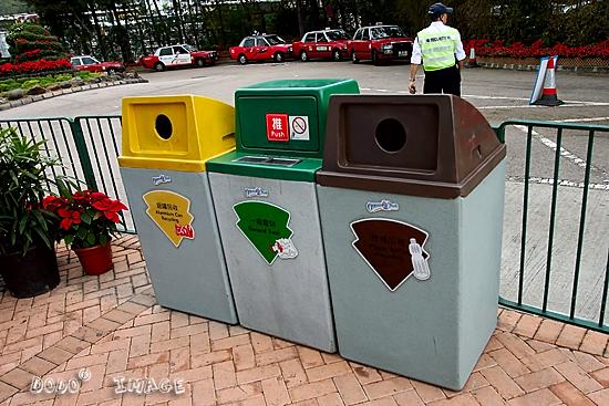 """在香港,除了""""乱抛垃圾""""、""""随地吐痰""""外,""""让犬只粪便弄污街道""""和""""未经准许而展示招贴或海报""""也是香港市民十分头痛的事情,他们戏称为""""四宗罪""""。自从政府参与行动,并在街头贴出街头时有""""请勿让你的犬只在公家地方遗下粪便,违者将被检控""""的警示牌后,如今香港的养狗人士出门都会带上一个垃圾袋,随时为爱狗清理战场,更有趣的是,香港还有好几个狗公园,吸引了不少狗狗在这里嬉戏"""