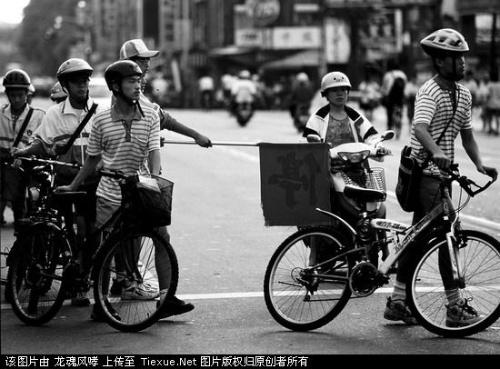 中学生骑自行车图片