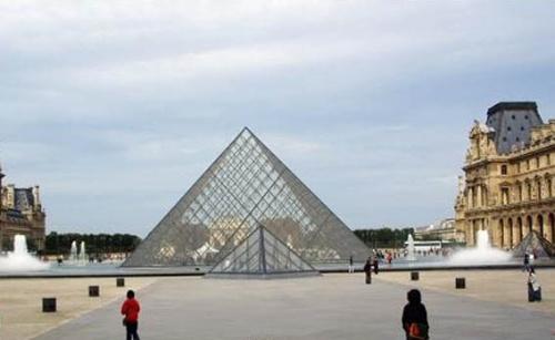 远远的看见玻璃金字塔了