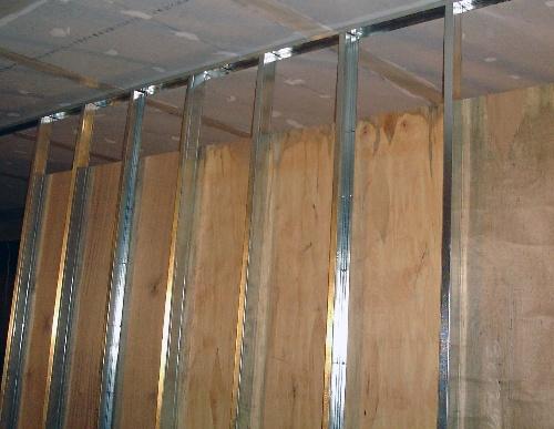 固定与木龙骨之上,如果墙面上挂重物,建议用12m夹板或18mm细木工板
