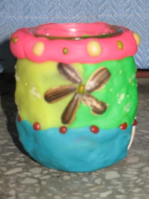 这些漂亮的小花瓶都是二年级的同学用橡皮泥,果核,瓜子皮,废旧的小
