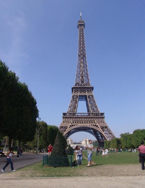 埃菲尔铁塔建于1889年