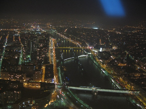 从埃菲尔铁塔俯视巴黎夜景